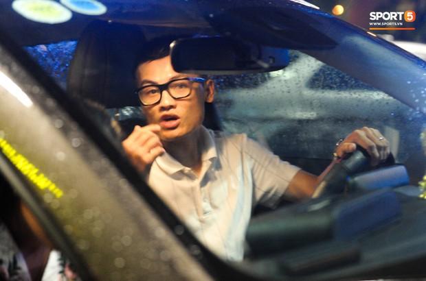 Bố mẹ Quang Hải chờ ở sân bay đến nửa đêm để được gặp con trai và lý do khiến ai cũng cảm động - Ảnh 9.