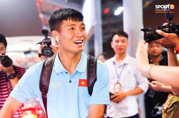 Vừa về đến Hà Nội, Bùi Tiến Dũng đã vội vã chạy ra tìm vợ bầu vì lo Khánh Linh phải đợi lâu giữa đêm hôm mưa gió - Ảnh 2.
