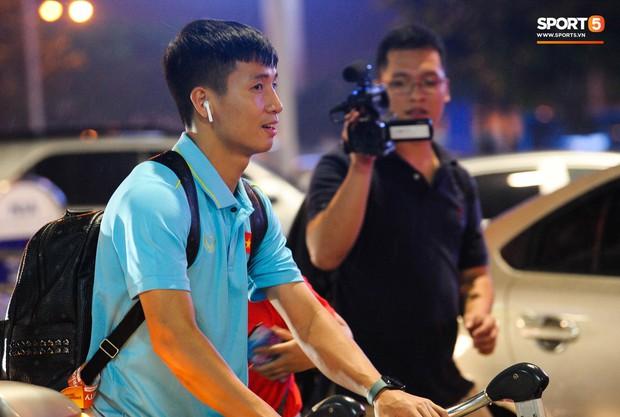 Vừa về đến Hà Nội, Bùi Tiến Dũng đã vội vã chạy ra tìm vợ bầu vì lo Khánh Linh phải đợi lâu giữa đêm hôm mưa gió - Ảnh 3.