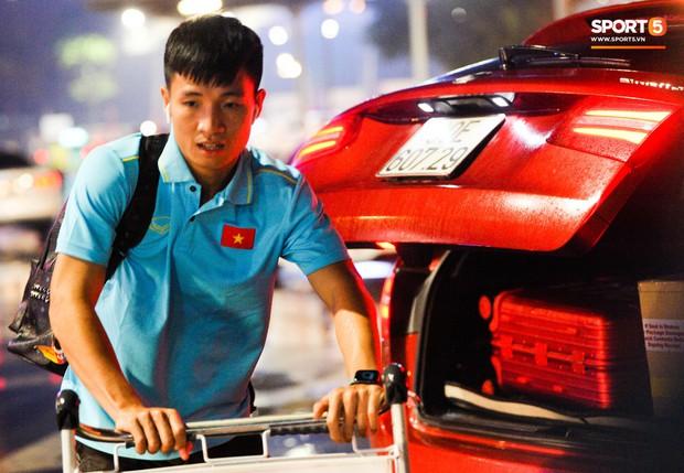 Vừa về đến Hà Nội, Bùi Tiến Dũng đã vội vã chạy ra tìm vợ bầu vì lo Khánh Linh phải đợi lâu giữa đêm hôm mưa gió - Ảnh 4.
