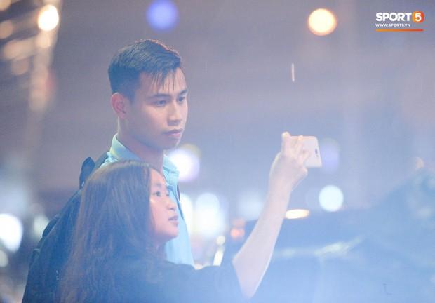 Vừa về đến Hà Nội, Bùi Tiến Dũng đã vội vã chạy ra tìm vợ bầu vì lo Khánh Linh phải đợi lâu giữa đêm hôm mưa gió - Ảnh 10.