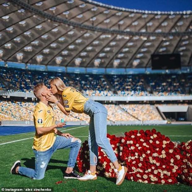 Chỉ sau vài tháng hẹn hò, hậu vệ ngôi sao của Man City quyết định trói chặt MC thể thao xinh đẹp bằng màn cầu hôn ở địa điểm không thể ý nghĩa hơn - Ảnh 1.