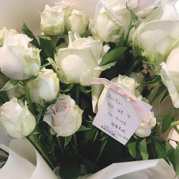 Xúc động hình ảnh bó hoa 26 bông hồng trắng fan Trung lặn lội sang Hàn gửi tặng tiễn biệt lần cuối tới Sulli - Ảnh 2.