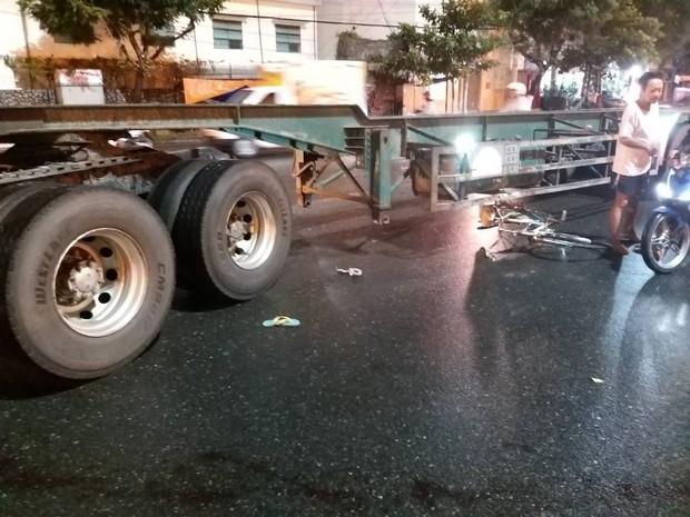 Bị container cuốn vào gầm, cụ ông 70 tuổi đi xe đạp chết thảm dưới trời mưa - Ảnh 2.