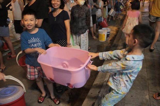 Hi hữu thiếu nước sạch ở Hà Nội: Người dân múc nước bể bơi về dùng, rồng rắn xếp hàng như thời bao cấp - Ảnh 4.