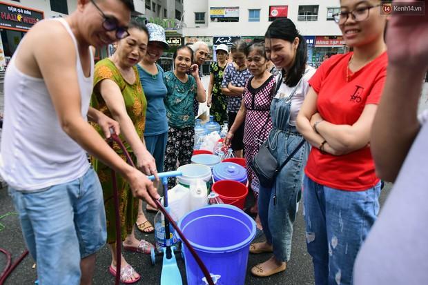 Thau rửa bể ngầm, bể trên cao của tổ hợp chung cư HH Linh Đàm để đón nước sạch - Ảnh 1.