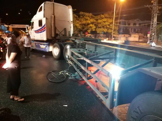 Bị container cuốn vào gầm, cụ ông 70 tuổi đi xe đạp chết thảm dưới trời mưa - Ảnh 1.