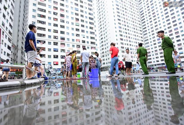 Thau rửa bể ngầm, bể trên cao của tổ hợp chung cư HH Linh Đàm để đón nước sạch - Ảnh 2.