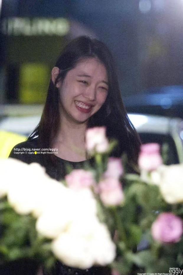 Xúc động hình ảnh bó hoa 26 bông hồng trắng fan Trung lặn lội sang Hàn gửi tặng tiễn biệt lần cuối tới Sulli - Ảnh 4.