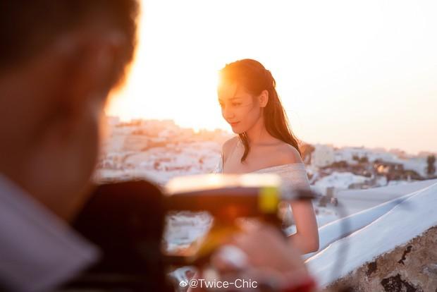 Chùm ảnh gây xao xuyến: Địch Lệ Nhiệt Ba đẹp nao lòng, e ấp khoe vòng một nóng bỏng khi diện váy cưới tại trời Tây - Ảnh 9.