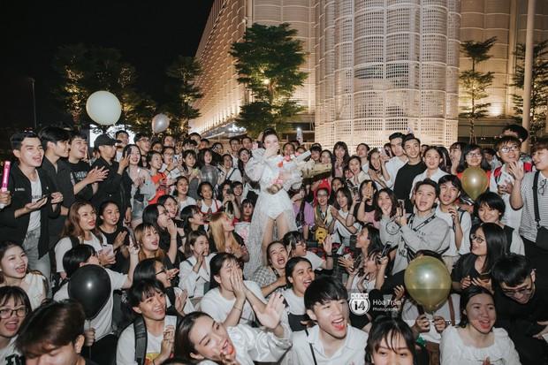 """Hàng trăm fan """"đột kích"""" mừng sinh nhật Đông Nhi lúc đêm muộn, choáng nhất là loạt quà """"khủng"""" không thể độc đáo hơn! - Ảnh 10."""