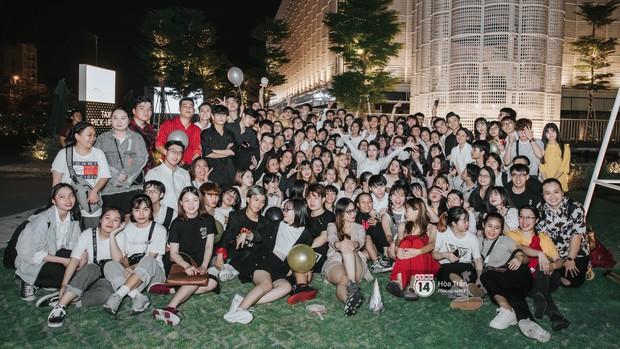 """Hàng trăm fan """"đột kích"""" mừng sinh nhật Đông Nhi lúc đêm muộn, choáng nhất là loạt quà """"khủng"""" không thể độc đáo hơn! - Ảnh 11."""
