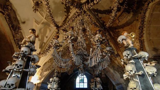 Nhà thờ xương nổi tiếng thế giới cấm du khách selfie khi chưa được phép vì tình trạng cưỡng hôn sọ người để sống ảo - Ảnh 1.