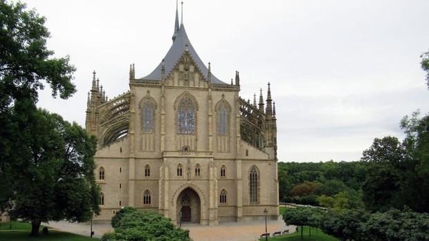 Nhà thờ xương nổi tiếng thế giới cấm du khách selfie khi chưa được phép vì tình trạng cưỡng hôn sọ người để sống ảo - Ảnh 3.