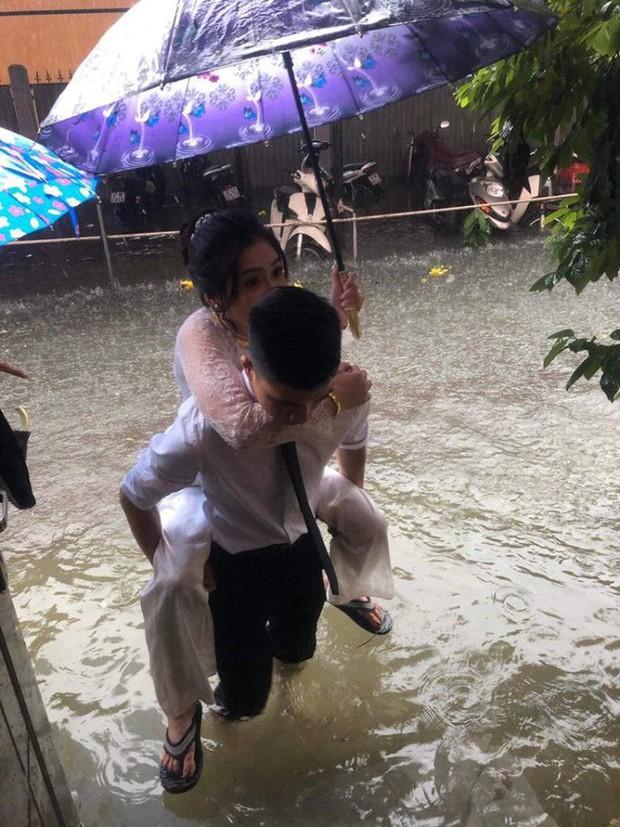 Em gái mưa phiên bản lũ lụt: Câu chuyện đằng sau bức ảnh chú rể cõng cô dâu đứng giữa biển nước đang nổi rần rần MXH - Ảnh 2.