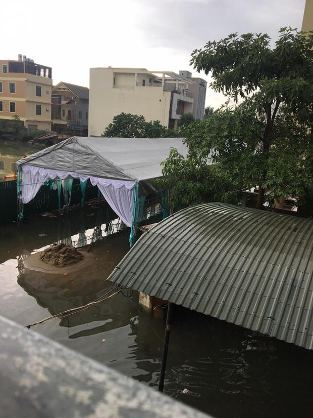 Em gái mưa phiên bản lũ lụt: Câu chuyện đằng sau bức ảnh chú rể cõng cô dâu đứng giữa biển nước đang nổi rần rần MXH - Ảnh 4.
