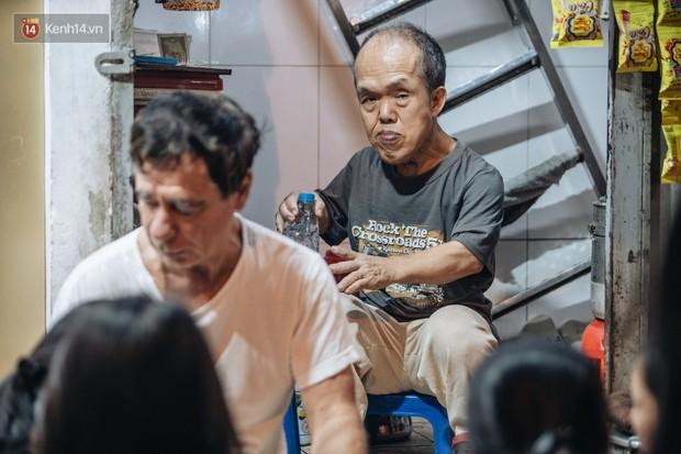 Chuyện chú lùn 65 tuổi ở phố cổ Hà Nội: Nói tiếng Anh lưu loát, chinh phục đỉnh Fansipan và 2 lần đặt chân lên nước Mỹ - Ảnh 1.