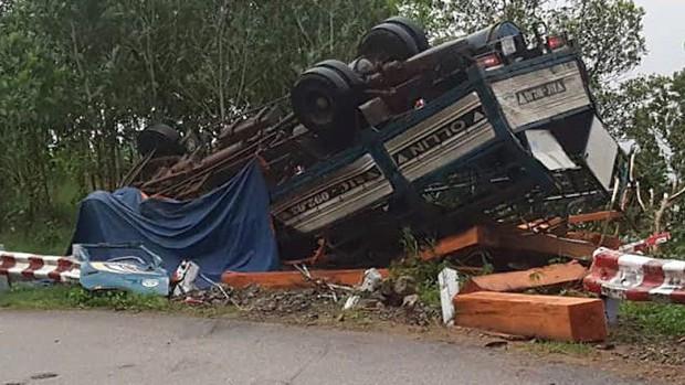 Xe tải mất phanh lật trên đèo Vi Ô Lắc, 2 vợ chồng chết thảm trong cabin - Ảnh 1.