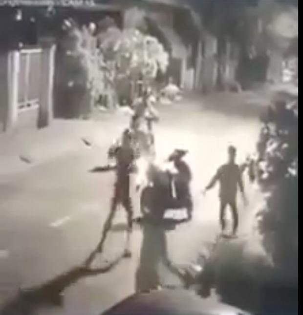 Băng nhóm thanh thiếu niên phục kích, đánh người đi đường để cướp tài sản ở vùng ven Sài Gòn - Ảnh 1.