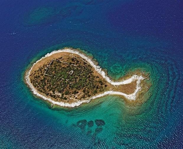 """Hòn đảo hình chú cá bé xinh đang khiến du khách toàn cầu truy tìm, nhưng ai cũng phải """"dè chừng"""" khi biết nơi này ẩn chứa 1 bí mật từ thời cổ đại - Ảnh 1."""