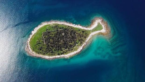 """Hòn đảo hình chú cá bé xinh đang khiến du khách toàn cầu truy tìm, nhưng ai cũng phải """"dè chừng"""" khi biết nơi này ẩn chứa 1 bí mật từ thời cổ đại - Ảnh 2."""
