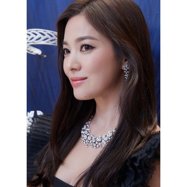 Loạt khoảnh khắc gây sốt của Song Hye Kyo tại sự kiện hôm qua: Ly hôn xong càng ngày càng quyến rũ khó tin - Ảnh 2.