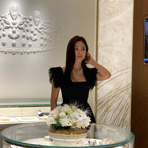Vừa tuyên bố hùng hồn hủy lịch trình để tưởng nhớ Sulli, Song Hye Kyo bị bắt gặp lồng lộn dự sự kiện - Ảnh 3.