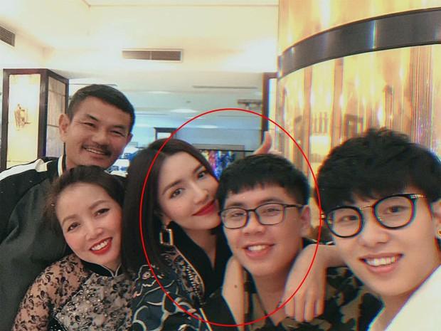 Lâu lắm gia đình Bích Phương mới chụp hình chung, ai cũng rạng rỡ nhưng cậu em trai ngày càng trổ mã mới chiếm spotlight - Ảnh 1.