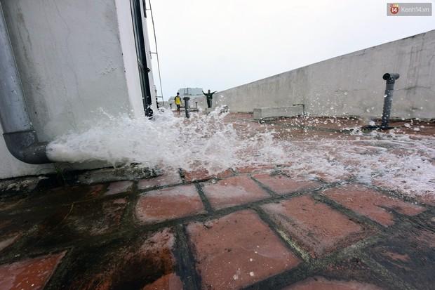 Thau rửa bể ngầm, bể trên cao của tổ hợp chung cư HH Linh Đàm để đón nước sạch - Ảnh 9.