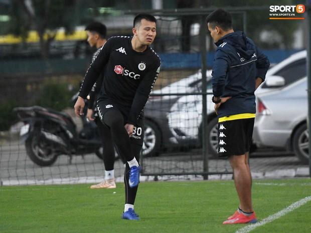 Văn Công tái phát chấn thương, Bùi Tiến Dũng có cơ hội bắt chính nhưng lại mất điểm vì sai lầm này trong buổi tập của Hà Nội FC - Ảnh 2.