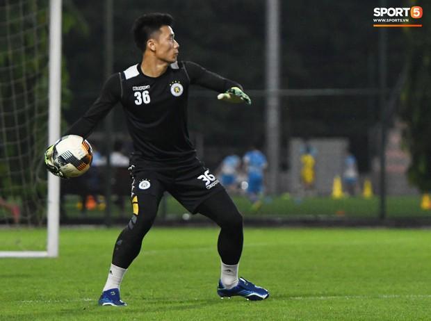 Văn Công tái phát chấn thương, Bùi Tiến Dũng có cơ hội bắt chính nhưng lại mất điểm vì sai lầm này trong buổi tập của Hà Nội FC - Ảnh 5.