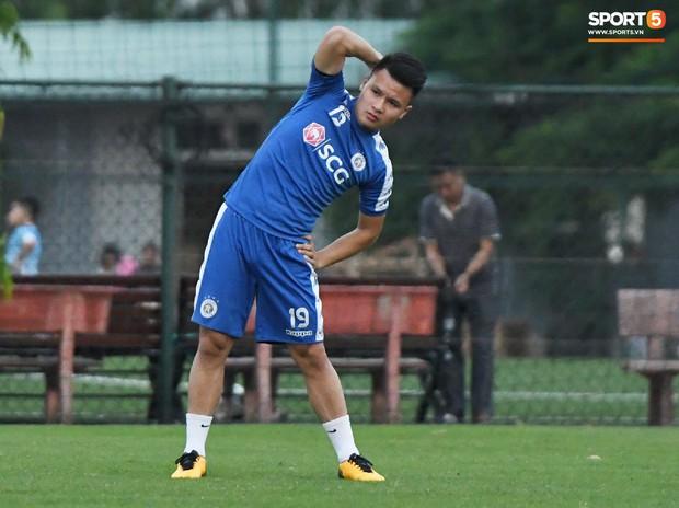 Văn Công tái phát chấn thương, Bùi Tiến Dũng có cơ hội bắt chính nhưng lại mất điểm vì sai lầm này trong buổi tập của Hà Nội FC - Ảnh 1.