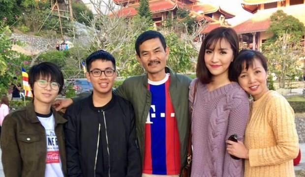 Lâu lắm gia đình Bích Phương mới chụp hình chung, ai cũng rạng rỡ nhưng cậu em trai ngày càng trổ mã mới chiếm spotlight - Ảnh 3.