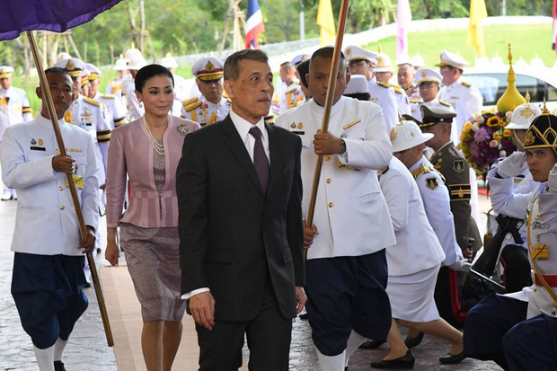 Hoàng hậu Thái Lan xuất hiện tình cảm bên chồng trong khi Hoàng quý phi lẻ loi một mình, đeo tạp dề nấu ăn từ thiện - Ảnh 1.
