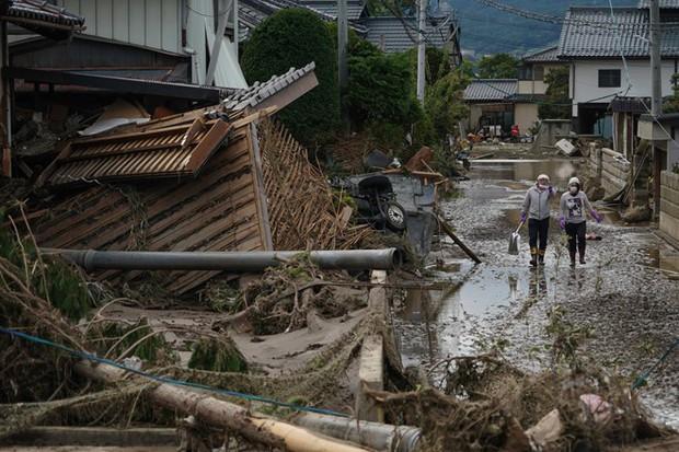 Người dân Nhật Bản thu dọn đống đổ nát hoang tàn sau siêu bão Hagibis - Ảnh 1.