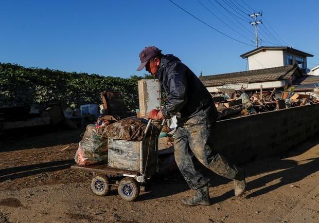 Người dân Nhật Bản thu dọn đống đổ nát hoang tàn sau siêu bão Hagibis - Ảnh 2.