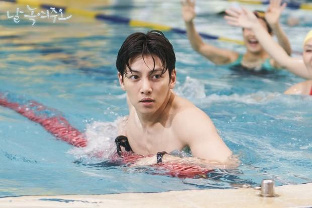 Ji Chang Wook lộ hậu trường vai trần nóng bỏng: 6 múi chưa thấy đâu nhưng cũng khiến chị em mất liêm sỉ - Ảnh 1.