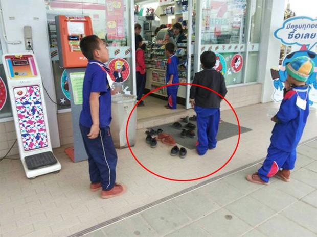 Nhóm học sinh bỏ dép khi vào cửa hàng dù không có quy định, lúc đầu ai cũng khó hiểu nhưng sau đó hết lời khen ngợi - Ảnh 1.