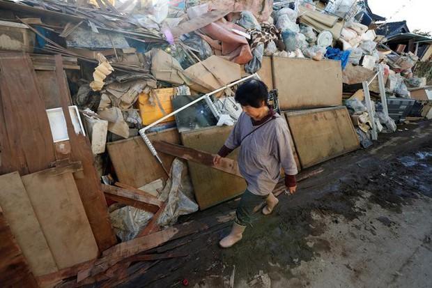 Người dân Nhật Bản thu dọn đống đổ nát hoang tàn sau siêu bão Hagibis - Ảnh 3.