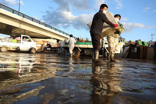 Người dân Nhật Bản thu dọn đống đổ nát hoang tàn sau siêu bão Hagibis - Ảnh 4.
