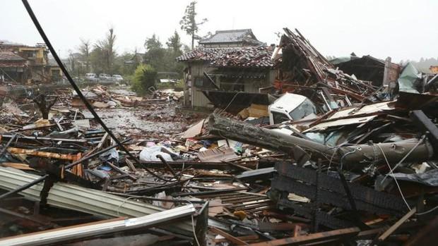 Người dân Nhật Bản thu dọn đống đổ nát hoang tàn sau siêu bão Hagibis - Ảnh 5.
