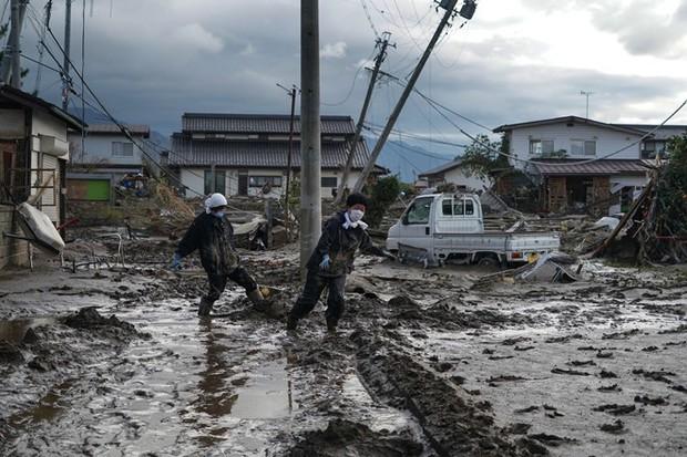 Người dân Nhật Bản thu dọn đống đổ nát hoang tàn sau siêu bão Hagibis - Ảnh 6.
