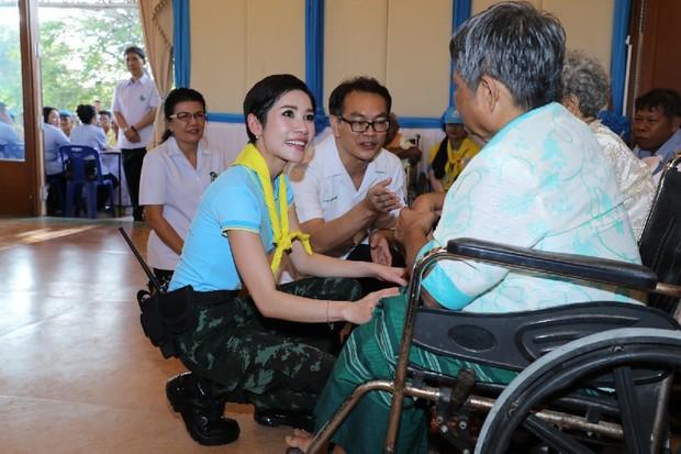 Hoàng hậu Thái Lan xuất hiện tình cảm bên chồng trong khi Hoàng quý phi lẻ loi một mình, đeo tạp dề nấu ăn từ thiện - Ảnh 7.