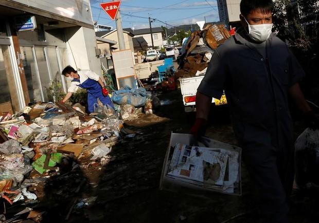 Người dân Nhật Bản thu dọn đống đổ nát hoang tàn sau siêu bão Hagibis - Ảnh 9.