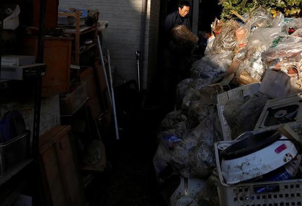 Người dân Nhật Bản thu dọn đống đổ nát hoang tàn sau siêu bão Hagibis - Ảnh 10.