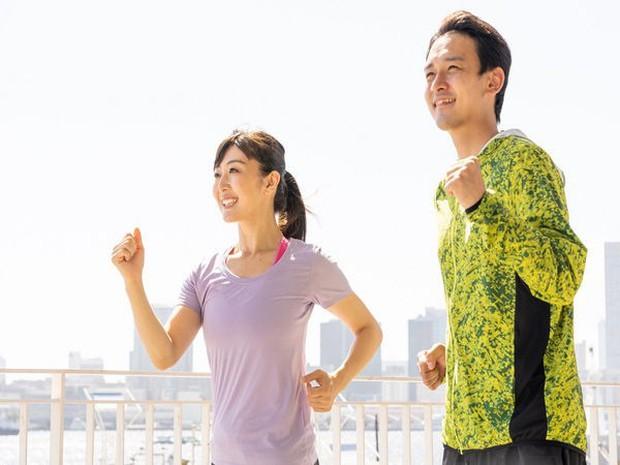 4 cách đơn giản kết hợp tập thể dục giảm cân vào cuộc sống bận rộn hằng ngày - Ảnh 1.