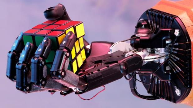 Trong khi bạn hai tay chưa chắc đã giải được khối rubik thì con robot này làm được chỉ với một tay - Ảnh 1.