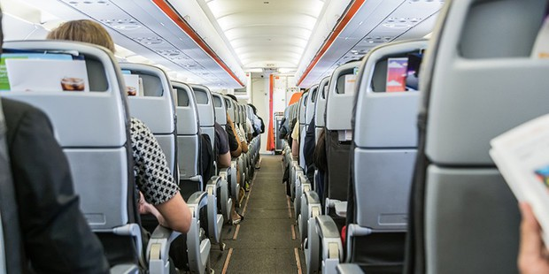 Bỏ túi ngay các mẹo giúp bạn sống sót trên chuyến bay dài, mẹo cuối cùng đảm bảo thành công trong mọi trường hợp - Ảnh 2.