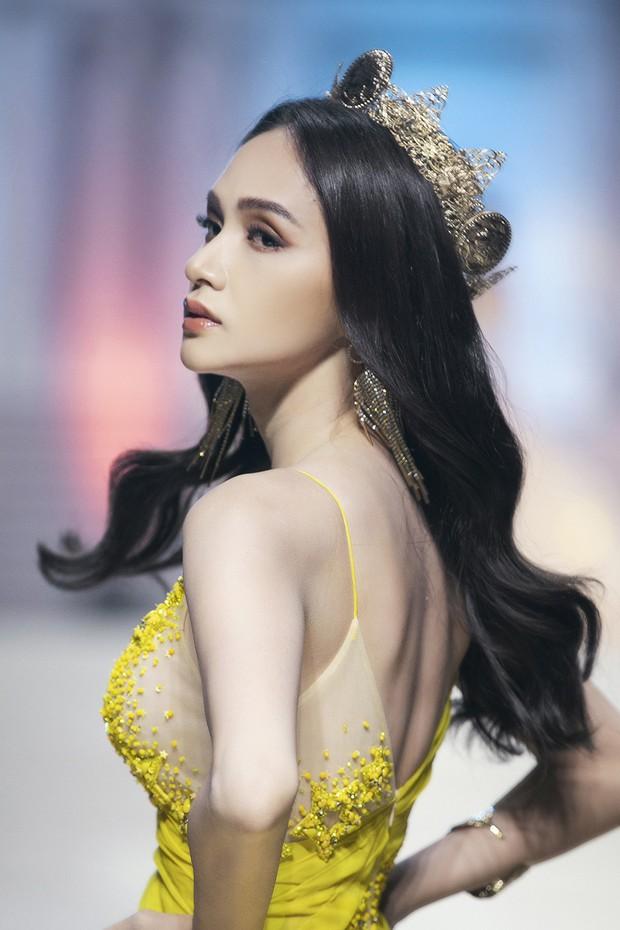 Cùng vào vai nữ thần trên một đường băng, HHen Niê - Võ Hoàng Yến - Hương Giang ai chặt chém nhất? - Ảnh 4.