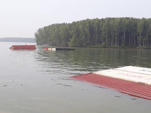 TP.HCM: Tàu hàng nghìn tấn bị chìm, nhiều container rơi xuống sông - Ảnh 2.